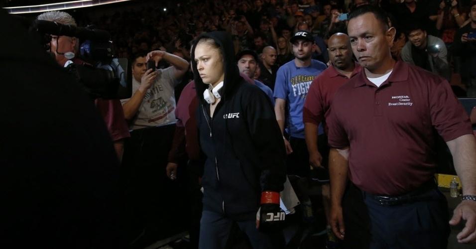 Ronda Rousey caminha para o octógono antes da luta contra Liz Carmouche
