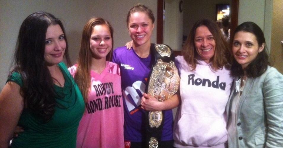 Ronda Rousey comemora título do UFC com sua família após vencer Liz Carmouche