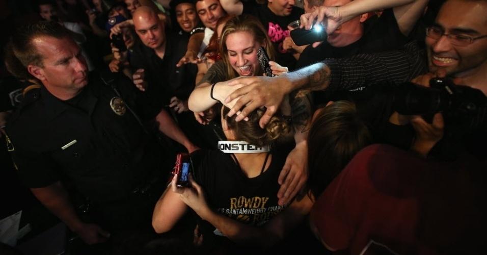 Ronda Rousey comemora vitória com torcedores que compareceram ao UFC 157, na Califórnia