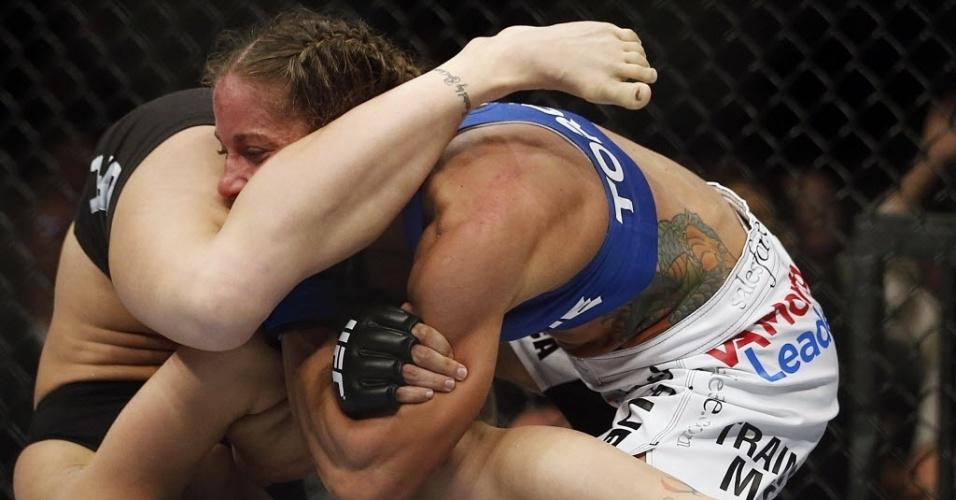 Ronda Rousey e Liz Carmouche se enroscam durante luta do UFC 157
