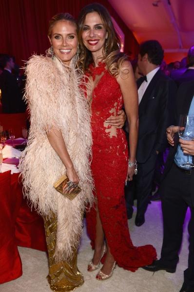 24.fev.2013 - Heidi Klum posa ao lado de Luciana Gimenez na festa beneficente organizada por Elton John após a cerimônia do Oscar