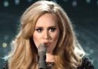 """Adele recebe o prêmio de melhor canção por """"Skyfall"""", tema do 007 de Daniel Craig e que ela apresentou no palco da cerimônia"""
