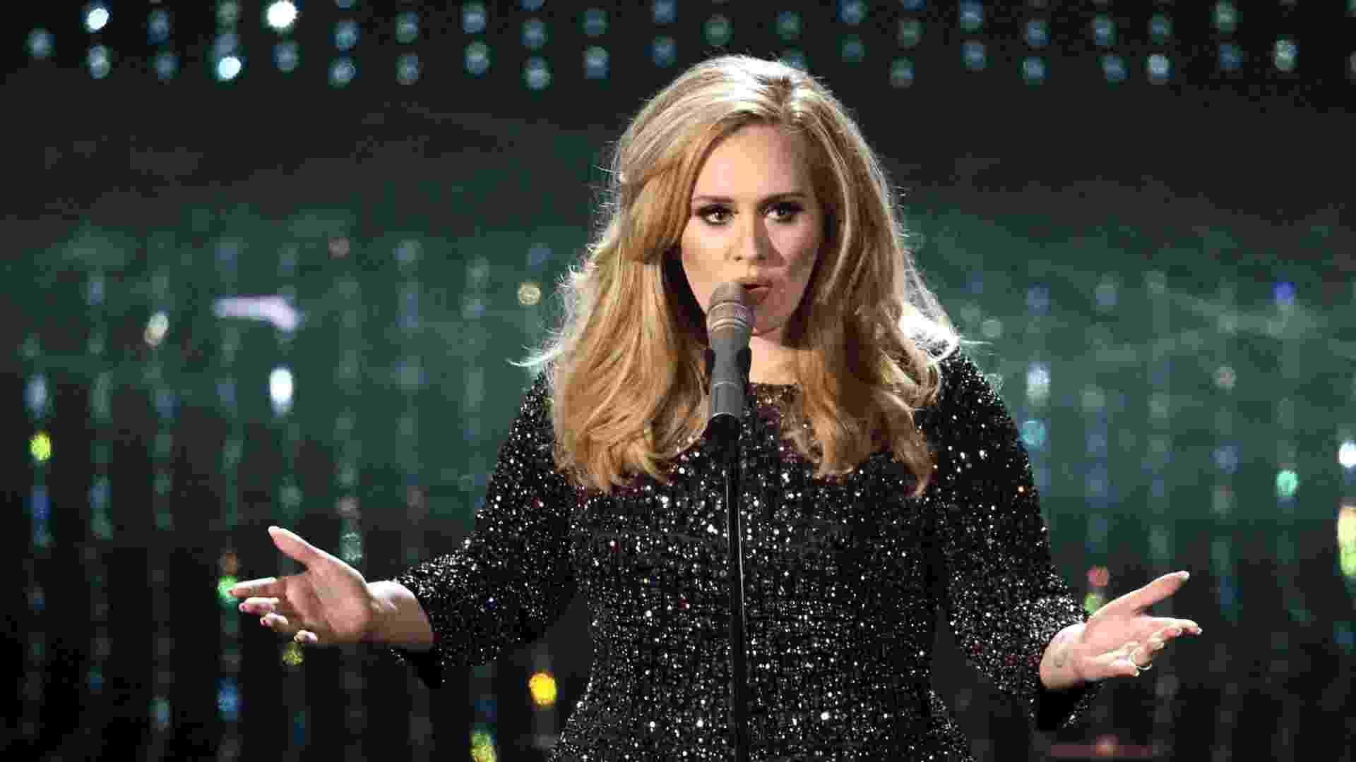 """24.fev.2013 - Adele canta """"Skyfall"""" na cerimônia do Oscar; a cantora concorre na categoria Melhor Canção - Getty Images"""