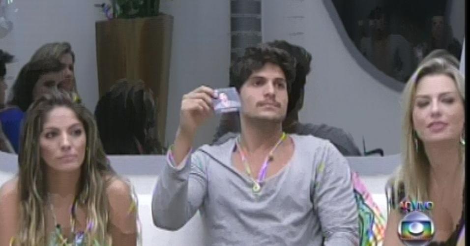 24.fev.2013 - André sorteia rosto de Marcello e brother ganha direito de escolher alguém para abrir o voto