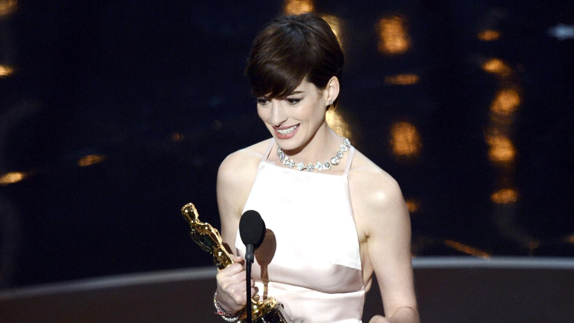 24.fev.2013 - Anne Hathaway discursa ao vencer como Melhor Atriz Coadjuvante por seu papel em