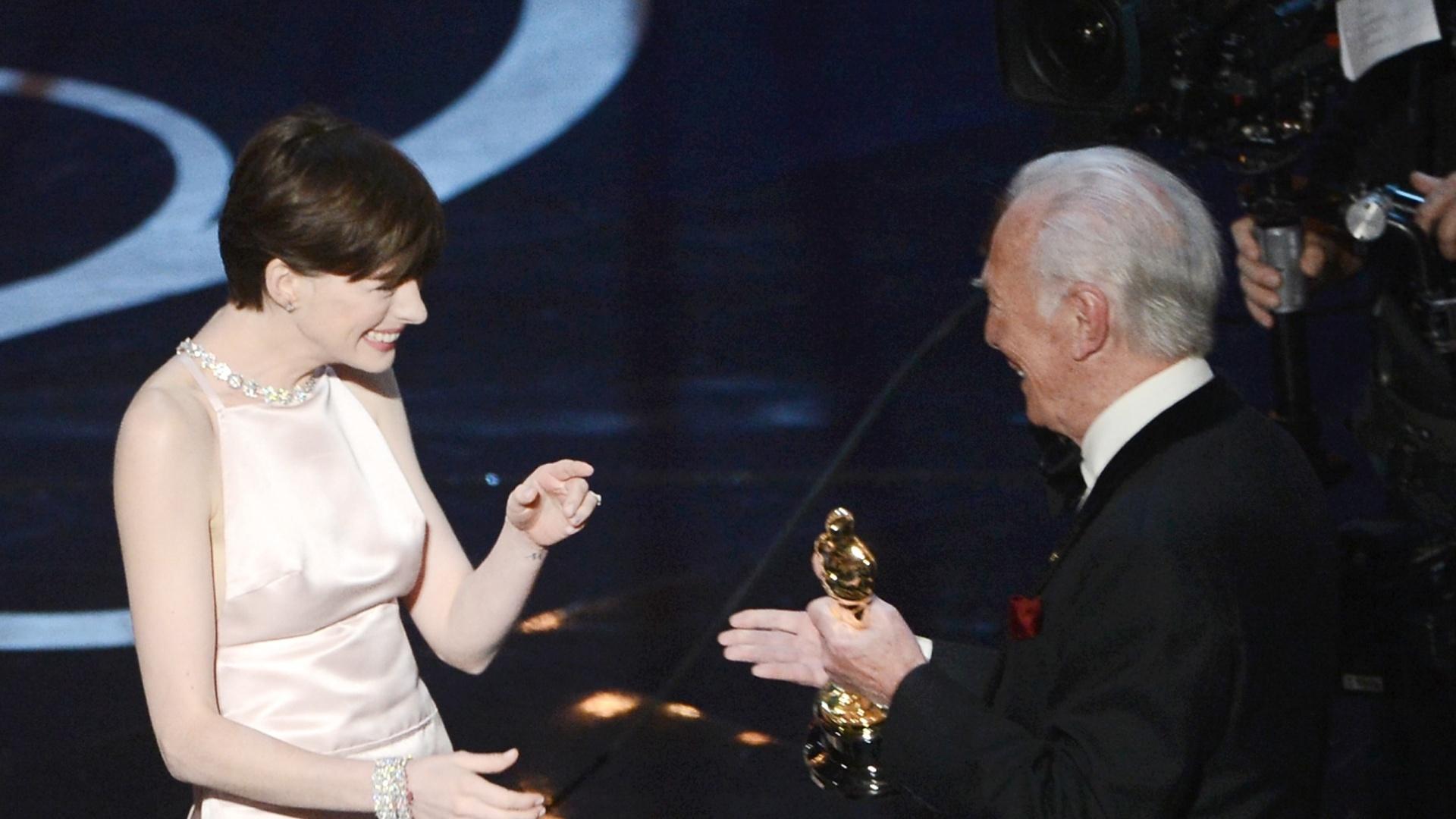 24.fev.2013 - Anne Hathaway recebe o prêmio de Melhor Atriz Coadjuvante por seu papel em