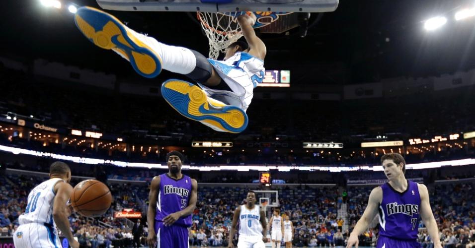 24.fev.2013 - Anthony Davis converte enterrada para o New Orleans Hornets na vitória sobre o Sacramento Kings