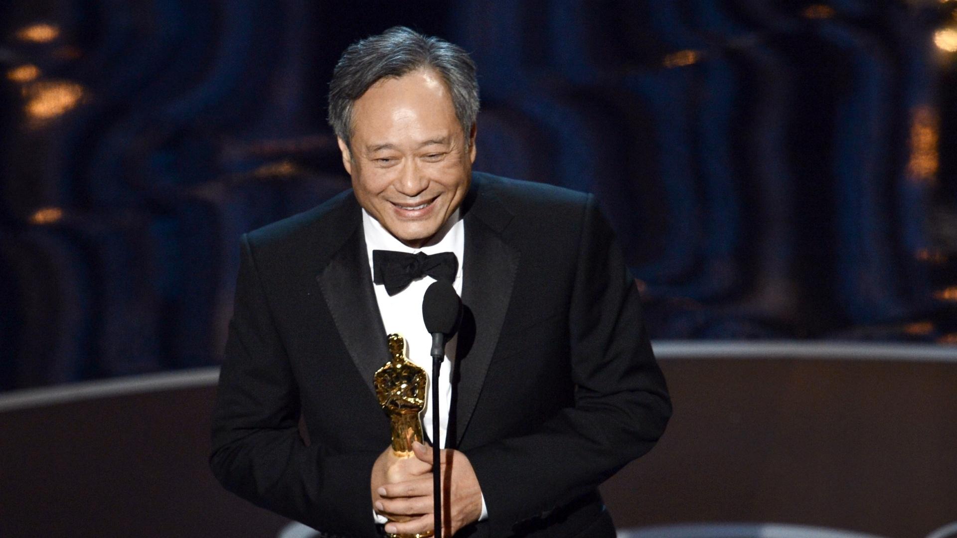 24.fev.2013 - Aplaudido de pé, Ang Lee recebe o prêmio de melhor diretor por