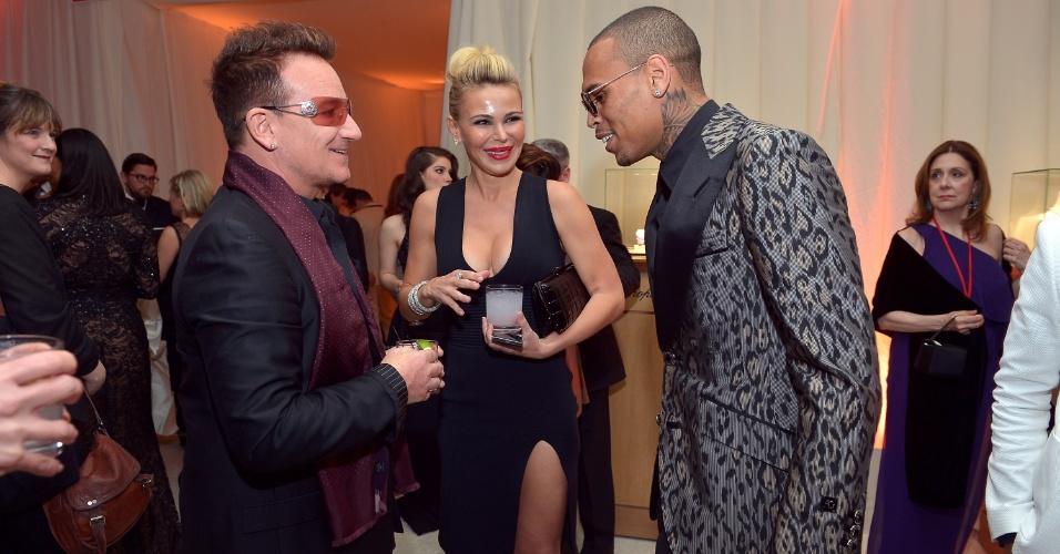 24.fev.2013 - Bono encontra Chris Brown na festa em prol do combate à Aids promovida por Elton John após a cerimônia do Oscar