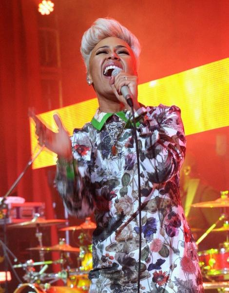 24.fev.2013 - Cantora Emeli Sandé se apresenta na festa beneficente promovida por Elton John após a cerimônia do Oscar, em Los Angeles