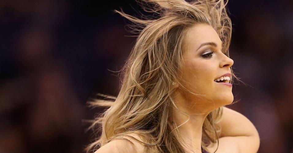 24.fev.2013 - Cheerleader do Phoenix Suns faz apresentação durante o jogo contra o San Antonio Spurs