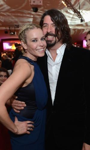24.fev.2013 - Dave Grohl e Chelsea Handler na festa beneficente promovida por Elton John, em Los Angeles