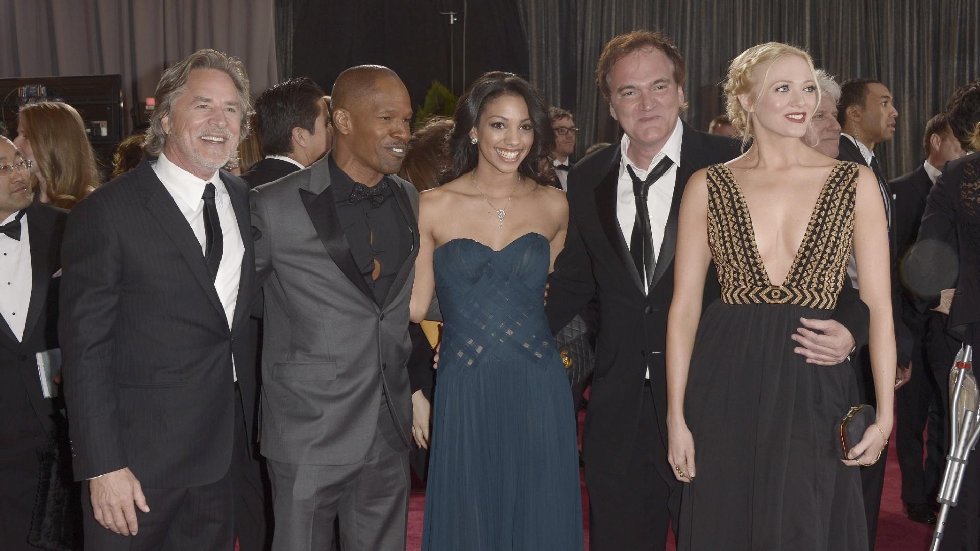 24.fev.2013 - Don Johnson, Jamie Foxx e sua filha Corinne Bishop, Quentin Tarentino e a escritora Lianne Spiderbaby posam no tapete vermelho