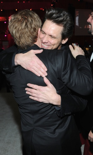 24.fev.2013 - Elton John recepciona Jim Carrey na festa beneficente em Los Angeles