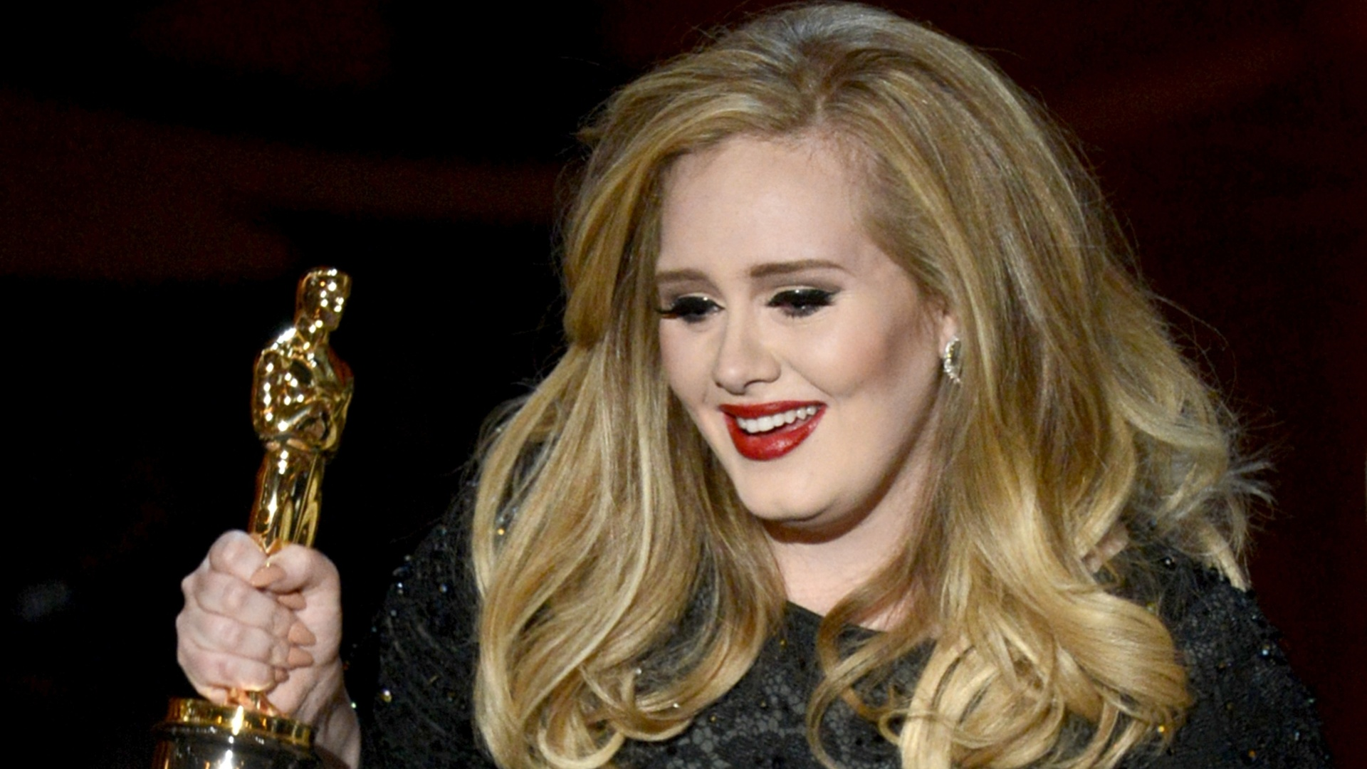 24.fev.2013 - Favorita, Adele ganha Oscar por melhor canção;