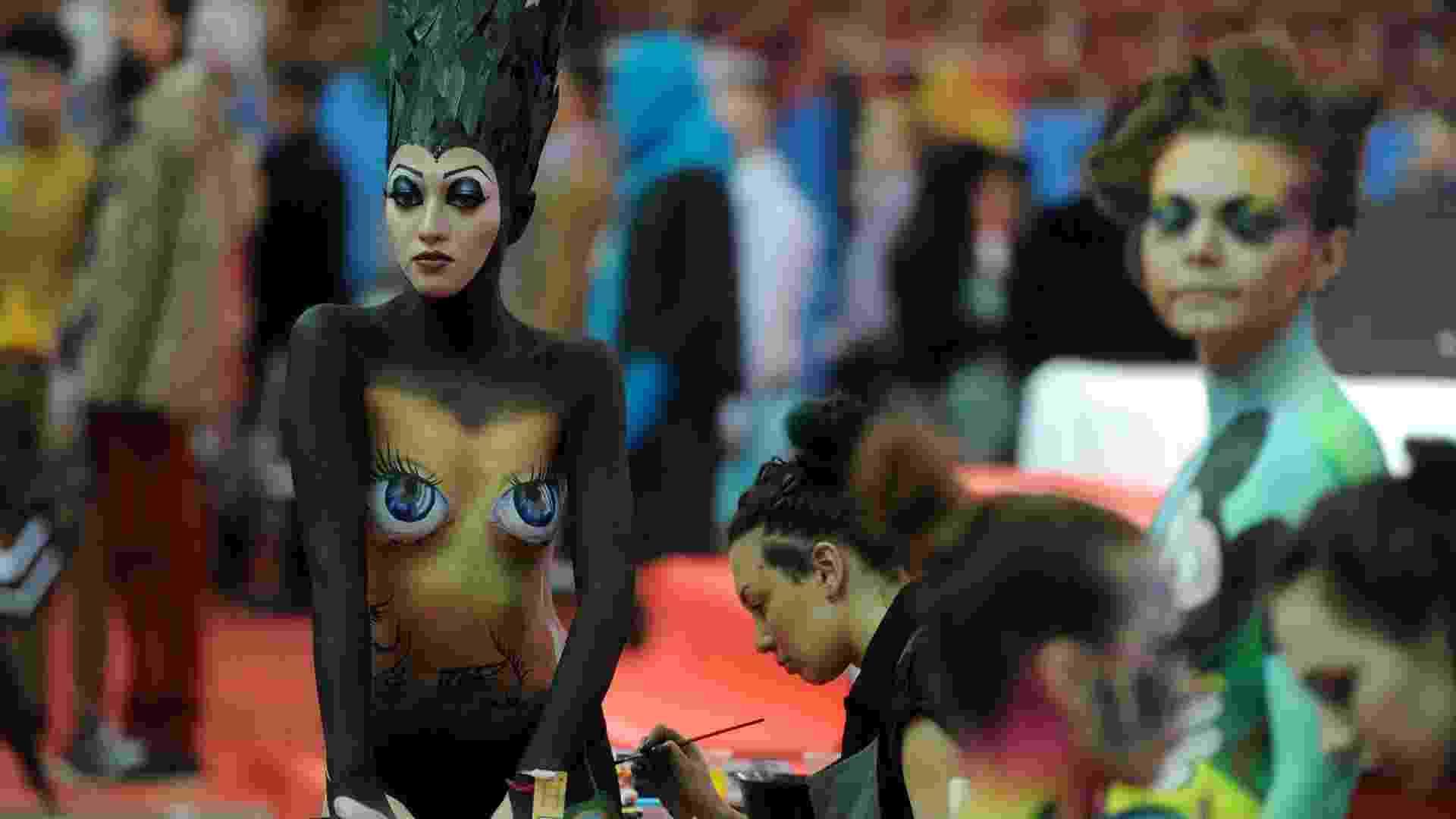 24.fev.2013 - Festival Nevskie Berega reúne mulheres com corpos pintados na cidade de São Petesburgo, na Rússia. As artistas fazem parte de um grupo que participa de feiras de beleza - AFP PHOTO / OLGA MALTSEVA