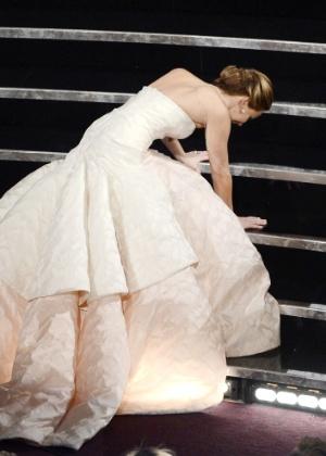 Jennifer Lawrence caiu na escada do palco na hora de receber o prêmio de melhor atriz - Getty Images
