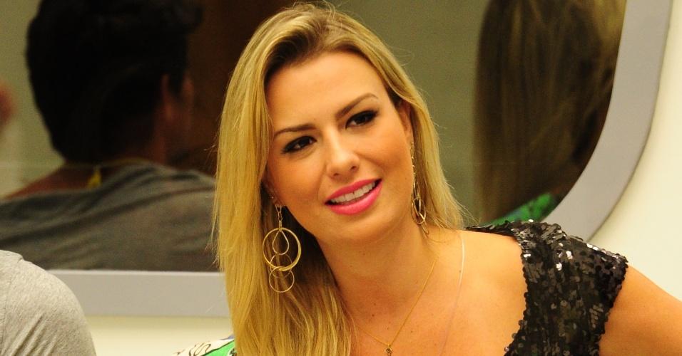 """24.fev.2013 - Na sétima votação do """"BBB13"""", Fernanda comemora ao descobrir que está imune por ter apertado o cronômetro"""