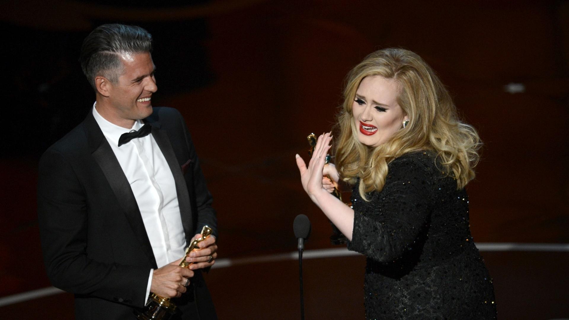 24.fev.2013 - O compositor Paul Epworth e a cantora Adele recebem o Oscar de Melhor Canção por