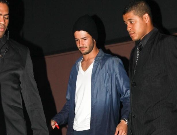 24.fev.2013 - O jogador Alexandre Pato deixa a festa de aniversário de Neymar no Vila Mix, em São Paulo