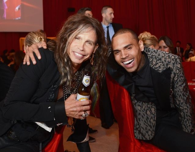24.fev.2013 -Steven Tyler e Chris Brown se encontram na festa beneficente promovida por Elton John após a cerimônia do Oscar