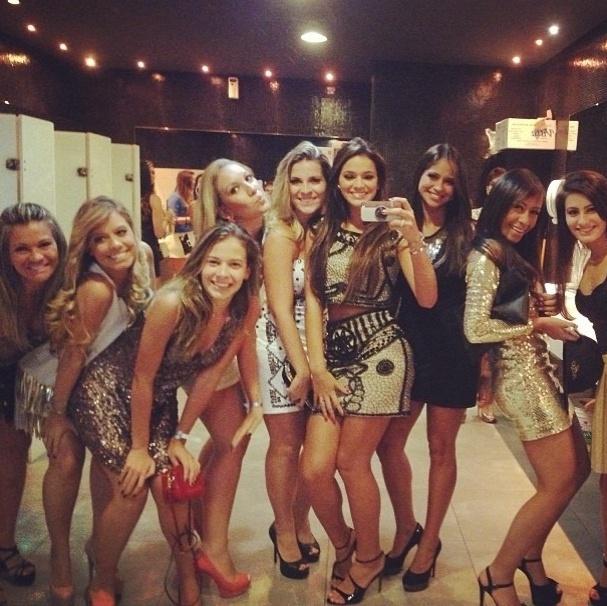 25.fev.2013 - Acompanhada de várias amigas, Bruna Marquezine tira foto no banheiro da balada onde aconteceu a festa de aniversário do jogador de futebol, Neymar, em São Paulo