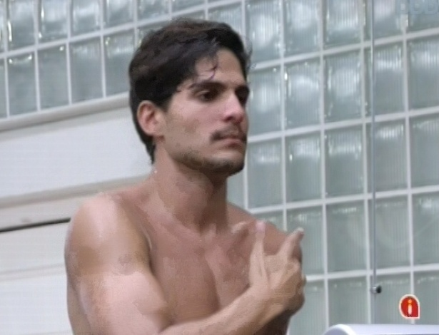 25.fev.2013 - André critica Marcello durante conversa com Fernanda na academia