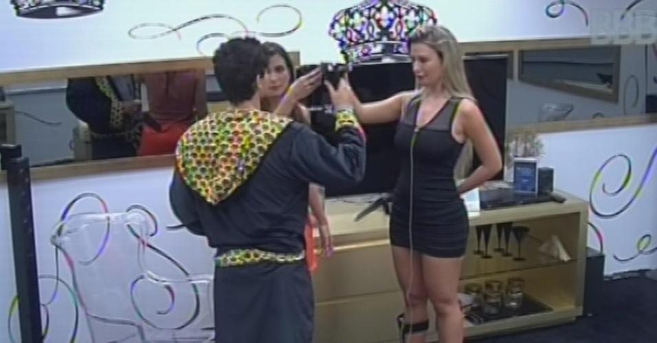 25.fev.2013 - André, Fernanda e Kamilla fazem brinde antes da sessão de cinema do líder