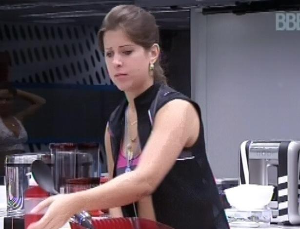 25.fev.2013 - Andressa arruma a cozinha junto com outros do grupo que ficou na casa grande essa semana