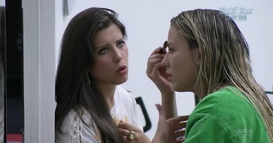 25.fev.2013 - Andressa conta a Fernanda sobre a discussão que teve com Nasser por causa de um biscoito