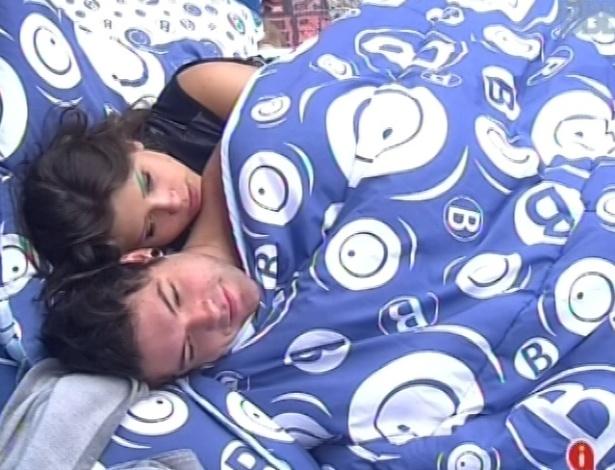 25.fev.2013 - Andressa e Nasser deitam e ficam abraçadinhos após toque de despertar