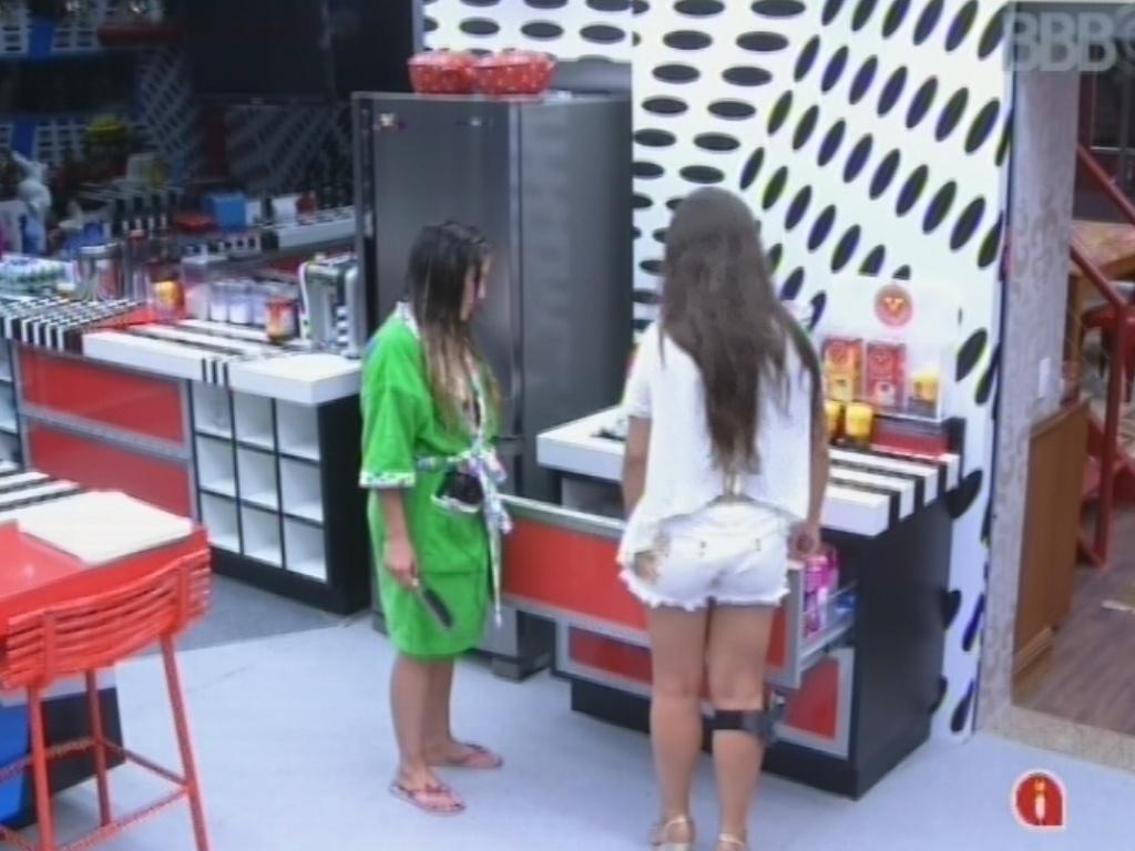 25.fev.2013 - Andressa mostra para Anamara pacote de bolachas que abriu. Ela reclamou de Nasser após gaúcho reclamar de ela ter aberto um pacote de bolachas