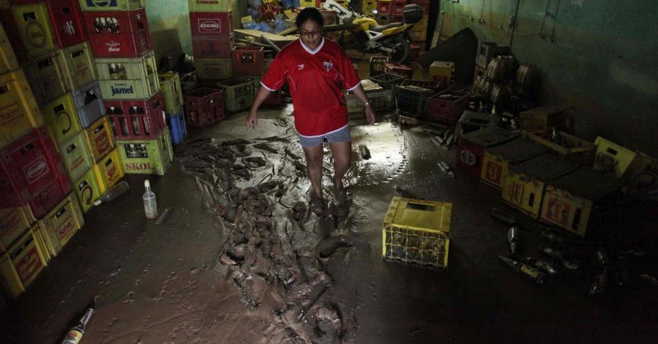 25.fev.2013 - Depósito fica cheio de lama em comércio do bairro Água Fria, em Cubatão (56 km de SP), nesta segunda-feira (25), após estragos causados pelo temporal da última sexta-feira (22)