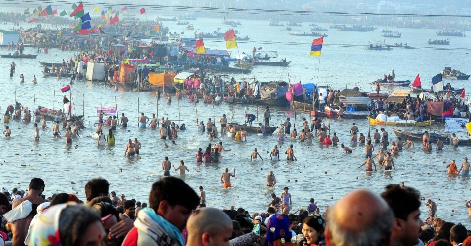 25.fev.2013 - Devotos do hinduísmo se banham na confluência dos rios sagrados Ganges, Yamuna e Saraswati, durante o festival Maha Kumbh Mela, em Allahabad, na Índia. Com duração de 55 dias, o principal festival do hinduísmo é celebrado a cada 12 anos