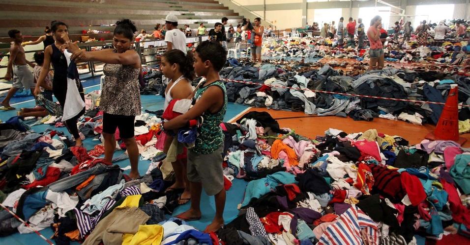 25.fev.2013 - Doações de roupas e mantimentos são enviadas para o Centro Esportivo Castelo Branco, em Cubatão (56 km de SP), após os estragos causados temporal que atingiu a cidade na última sexta-feira (22) --em alguns lugares a água chegou até o telhado das casas