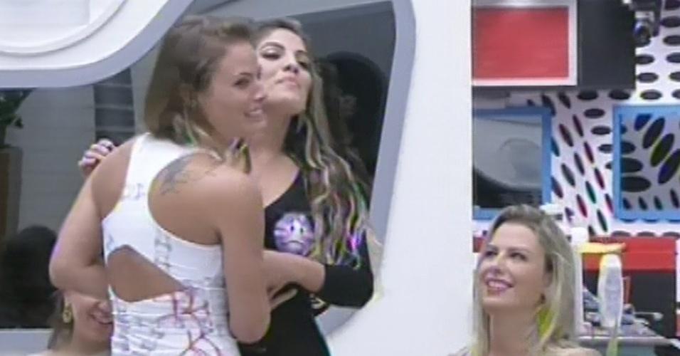 """25.fev.2013 - Durante o jogo da discórdia, Natália diz estar decepcionada com Anamara por ela estar """"muito santinha"""" dentro da casa"""