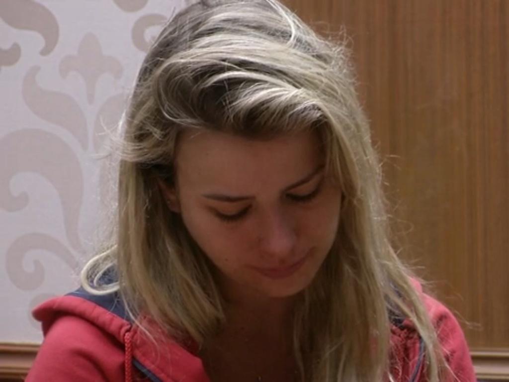 25.fev.2013 - Fernanda chora após discussão entre Marcello e André