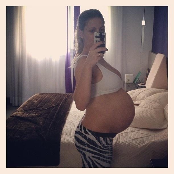 25.fev.2013 - Grávida de nove meses, Sheila Mello mostra sua barriga