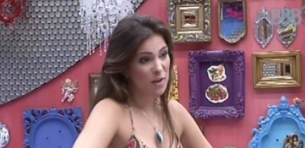 25.fev.2013 - Kamilla, arrumada para fazer compras no mercadinho, explica para Natália como era o vestido que usou quando participou de competição de beleza