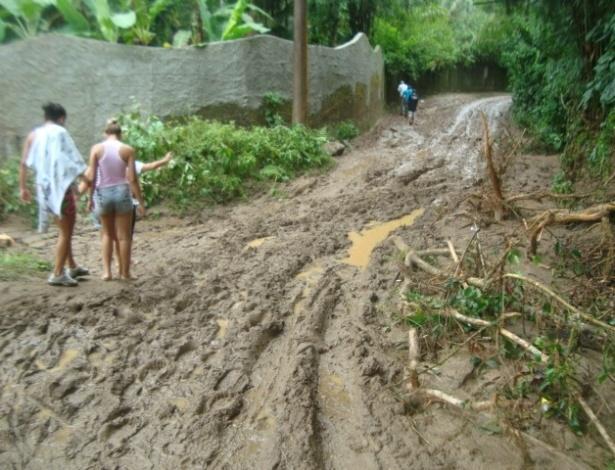 25.fev.2013 - Moradores observam os estragos provocados pela chuva em São Sebastião (SP). A forte chuva desta sexta-feira (22) provocou a morte de Tainá Simões, 11, e deixou 168 pessoas desalojadas na cidade do litoral norte paulista