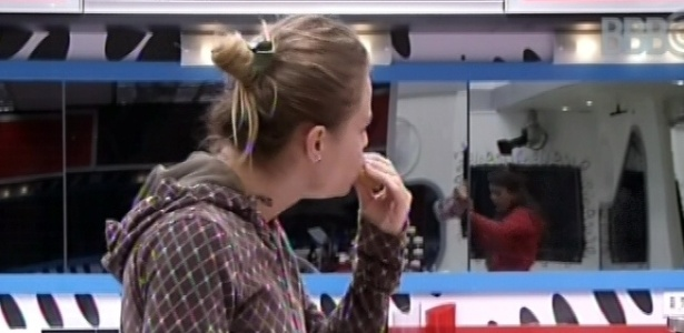 25.fev.2013 - Natália faz ovo mexida e come com pão na cozinha da casa grande