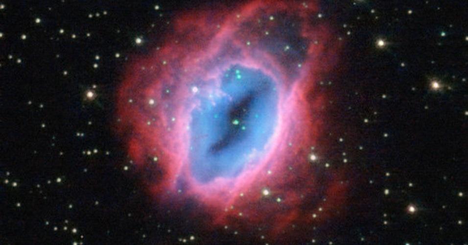 25.fev.2013 - O telescópio espacial Hubble captou a nebulosa planetária ESO 456-67, localizada na constelação de Sagitário, expelindo material a alta velocidade. Os tons de vermelho, laranja, amarelo e verde identificam as camadas de gás quente arremessados pelo espaço