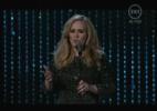 """Adele canta """"Skyfall"""", tema de 007. A cantora foi apresentada por Jennifer Lawrence, que concorre ao prêmio de melhor atriz por """"O Lado Bom Da Vida"""""""