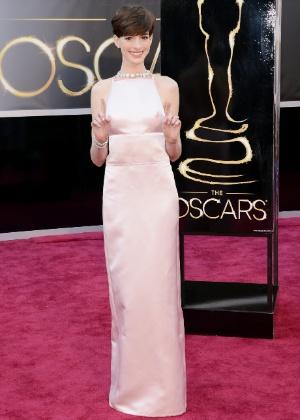 Anne Hathaway trocou o vestido Valentino por um longo Prada para a entrega do Oscar, em Los Angeles (24/02/2013) - Getty Images