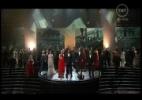 """Elenco de """"Os Miseráveis"""" canta """"Dreamed a Dream"""" com um coral e é aplaudido de pé pelos convidados na plateia"""