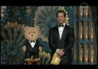 """Mark Walhberg e """"Ted"""" sobem ao palco para apresentar categoria de melhor mixagem e melhor edição de som. """"Ted"""" é o filme do apresentador Seth MacFarlane lançado em 2012"""
