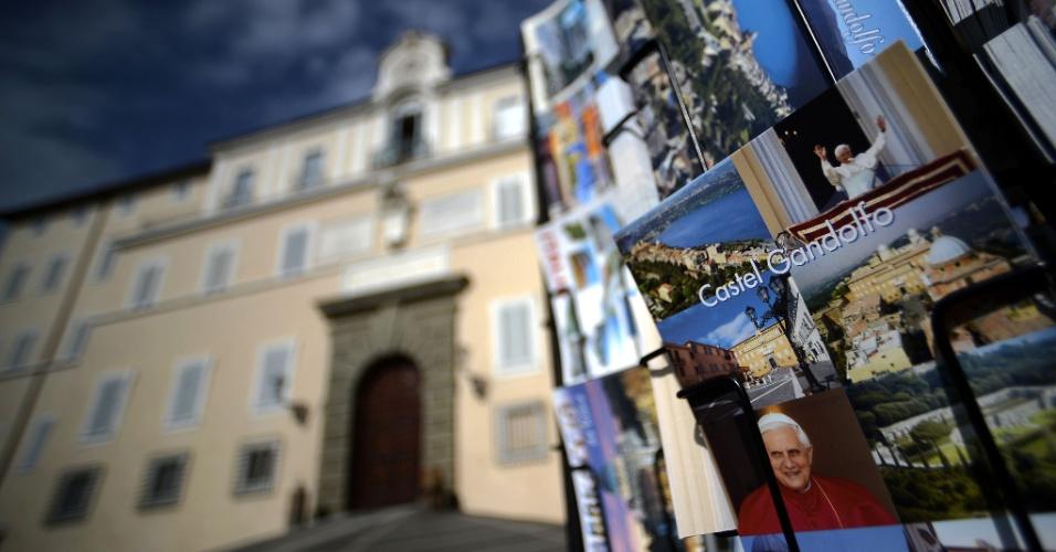 20.fev.2013 - Cartões postais são exibidos em uma loja de lembranças do Palácio Apostólico, na principal praça de Castel Gandolfo,no sul de Roma. O papa Bento 16 passará os dois primeiros meses após sua renúncia no local