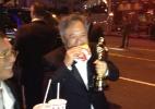 Após Oscar, Ang Lee come lanche na rua com estatueta na mão - Reprodução/Twitter