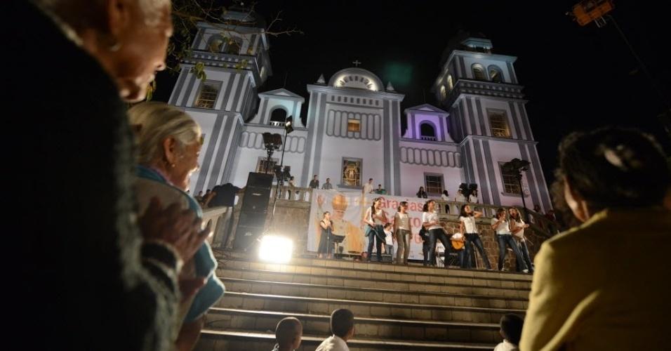 25.fev.2013 - Fiéis cantam em missa de homenagem ao papa Bento 16, no santuário de Suyapa, em Tegucigalpa, capital de Honduras