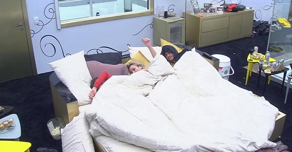 26.fev.2013 - Kamilla, Fernanda e André acordam com sinal da produção, mas continuam na cama